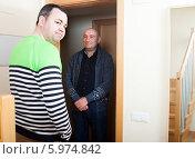 Купить «Недовольный мужчина открыл дверь соседу. Незваный гость», фото № 5974842, снято 28 мая 2018 г. (c) Дарья Филимонова / Фотобанк Лори