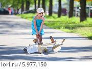 Девочка потирает травмированную при падении с велосипеда коленку. Стоковое фото, фотограф Кекяляйнен Андрей / Фотобанк Лори