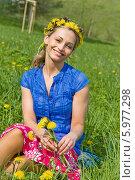 Купить «Привлекательная светловолосая девушка в венке из одуванчиков сидит на траве», фото № 5977298, снято 20 февраля 2019 г. (c) BE&W Photo / Фотобанк Лори