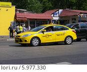Купить «Автомобиль - желтое такси двигается по Первомайской улице,  Москва», эксклюзивное фото № 5977330, снято 25 мая 2014 г. (c) lana1501 / Фотобанк Лори
