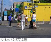 Купить «Люди переходят дорогу по пешеходному переходу на зеленый сигнал светофора, Первомайская улица, Москва», эксклюзивное фото № 5977338, снято 25 мая 2014 г. (c) lana1501 / Фотобанк Лори