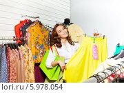 Купить «Красивая девушка выбирает одежду со скидкой в магазине», фото № 5978054, снято 4 апреля 2014 г. (c) Сергей Новиков / Фотобанк Лори