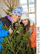 Купить «Красивая влюбленная пара стоит в дверях с пушистой новогодней елкой», фото № 5978246, снято 20 марта 2019 г. (c) BE&W Photo / Фотобанк Лори