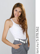 Купить «Очаровательная девушка с длинными каштановыми волосами, одетая в белую майку», фото № 5978562, снято 3 августа 2020 г. (c) BE&W Photo / Фотобанк Лори