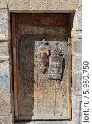 Купить «Деревянная дверь в старинном доме в исторической части столицы Йемена - Саны», фото № 5980750, снято 18 марта 2014 г. (c) Овчинникова Ирина / Фотобанк Лори