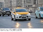 Купить «Новое желтое такси двигается по Большому Каменному Мосту», эксклюзивное фото № 5981678, снято 6 июня 2014 г. (c) lana1501 / Фотобанк Лори