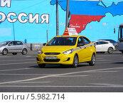 Купить «Автомобиль желтое такси двигается по дороге, Москва», эксклюзивное фото № 5982714, снято 3 июня 2014 г. (c) lana1501 / Фотобанк Лори