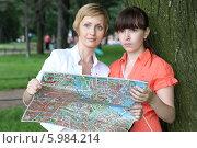 Мама и дочка смотрят карту. Стоковое фото, фотограф Dmitriy Zakharov / Фотобанк Лори