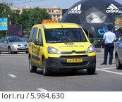 Купить «Желтое такси двигается по дороге, Садовое кольцо,  Москва», эксклюзивное фото № 5984630, снято 1 июня 2014 г. (c) lana1501 / Фотобанк Лори