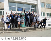 Группа выпускников прыгает вверх. Последний звонок, фото № 5985010, снято 23 мая 2014 г. (c) Корнилова Светлана / Фотобанк Лори