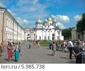 Купить «Люди на площади перед Софийским собором в Великом Новгороде», фото № 5985738, снято 7 июня 2014 г. (c) Шевцова Анна / Фотобанк Лори