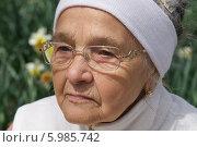 Задумчивая пожилая женщина. Стоковое фото, фотограф Дарья Неведрова / Фотобанк Лори