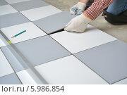 Укладка напольной керамической плитки, фото № 5986854, снято 30 мая 2014 г. (c) Лиляна Виноградова / Фотобанк Лори