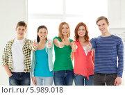 Купить «Группа молодых людей показывают жест одобрения, подняв большой палец вверх», фото № 5989018, снято 4 мая 2014 г. (c) Syda Productions / Фотобанк Лори