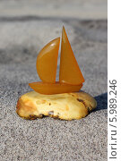 Купить «Парусник из янтаря», эксклюзивное фото № 5989246, снято 5 июня 2014 г. (c) Ната Антонова / Фотобанк Лори