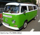 Купить «Зеленый ретро-фургон Volkswagen Transporter», фото № 5990802, снято 6 июня 2014 г. (c) Данила Васильев / Фотобанк Лори
