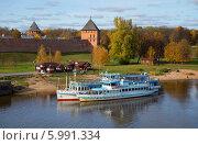 Купить «Осенний день на Волхове. Великий Новгород», фото № 5991334, снято 12 октября 2013 г. (c) Виктор Карасев / Фотобанк Лори