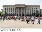 Купить «Люди на площади у сгоревшего Дома профсоюзов в Одессе», фото № 6001522, снято 8 июня 2014 г. (c) Данил Руденко / Фотобанк Лори