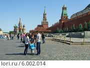 Люди гуляют на Красной площади в Москве (2014 год). Редакционное фото, фотограф Евгений Самсонов / Фотобанк Лори