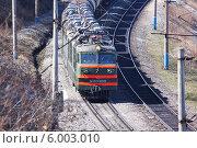 Купить «Электровоз грузового поезда», фото № 6003010, снято 4 мая 2014 г. (c) Александр Алексеевич Миронов / Фотобанк Лори