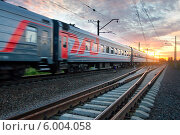 Купить «Пассажирский скорый поезд мчится на закате», фото № 6004058, снято 13 июня 2014 г. (c) Александр Тарасенков / Фотобанк Лори