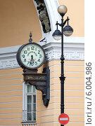 Купить «Часы главного штаба в арке на Дворцовой площади, Санкт-Петербург», фото № 6004986, снято 22 мая 2019 г. (c) Vladimir Sviridenko / Фотобанк Лори