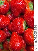 Купить «Сочные спелые ягоды клубники как фон», фото № 6005154, снято 13 июня 2014 г. (c) Баевский Дмитрий / Фотобанк Лори