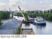 Погрузка щебня на судно (2014 год). Редакционное фото, фотограф Михаил Гайдей / Фотобанк Лори