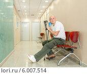 Купить «Мужчина с гипсом и костылями сидит в коридоре больницы», фото № 6007514, снято 7 октября 2013 г. (c) Дарья Филимонова / Фотобанк Лори