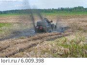 Купить «Квадроцикл буксует, застряв в грязи», фото № 6009398, снято 9 мая 2014 г. (c) Pukhov K / Фотобанк Лори