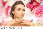 Купить «Элегантная молодая женщина с ухоженными руками», фото № 6011134, снято 17 марта 2013 г. (c) Syda Productions / Фотобанк Лори