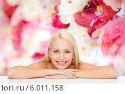 Купить «Ухоженная блондинка с чистой кожей улыбается, положив голову на руки», фото № 6011158, снято 15 апреля 2014 г. (c) Syda Productions / Фотобанк Лори
