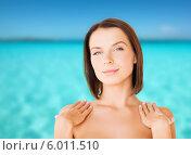 Купить «Ухоженная красивая женщина с обнаженными плечами на фоне моря», фото № 6011510, снято 25 июля 2013 г. (c) Syda Productions / Фотобанк Лори