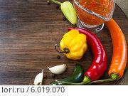 Стручки различного перца на столе. Стоковое фото, фотограф Елена Медведева / Фотобанк Лори