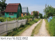 Купить «Улица дачного поселка», эксклюзивное фото № 6022002, снято 8 июня 2014 г. (c) Юрий Морозов / Фотобанк Лори