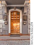 Купить «Боковой вход в здание (1782 г.) отеля Man-Tess. Улица Рихарда Вагнера, Рига, Латвия. Объект ЮНЕСКО. Архитектор Kristofs Haberlands», фото № 6022274, снято 25 мая 2014 г. (c) Иван Марчук / Фотобанк Лори