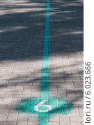 Купить «Указатель направления главного пешеходного маршрута Перми», фото № 6023666, снято 14 мая 2012 г. (c) Elena Monakhova / Фотобанк Лори