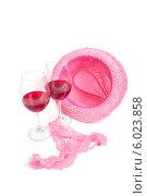 Два бокала вина рядом с розовым нижним бельем и шляпой. Стоковое фото, фотограф Владимир Ходатаев / Фотобанк Лори