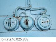 Купить «Старые розетки и выключатели», фото № 6025838, снято 20 июня 2014 г. (c) Олег Козырев / Фотобанк Лори