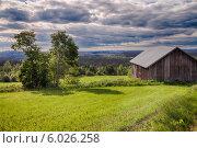 Сельский пейзаж. Поле с амбаром и мрачными тучами на небе. Стоковое фото, фотограф Борис Смирин / Фотобанк Лори