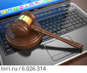 Купить «Онлайн Интернет-аукцион. Деревянный молоток на ноутбуке», иллюстрация № 6026314 (c) Maksym Yemelyanov / Фотобанк Лори