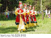 Купить «Ысыах. Девушки с чороном», фото № 6029910, снято 21 июня 2014 г. (c) Роман Фомин / Фотобанк Лори