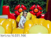 Купить «Девочка 6-ти лет играет на надувном детском аттракционе», фото № 6031166, снято 6 июня 2010 г. (c) Сергей Неудахин / Фотобанк Лори