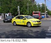Купить «Желтый автомобиль такси поворачивает на Первомайскую улицу в Москве», эксклюзивное фото № 6032786, снято 25 мая 2014 г. (c) lana1501 / Фотобанк Лори
