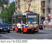 Купить «Посадка пассажиров в трамвай 11 маршрута на остановке, Первомайская улица в Москве», эксклюзивное фото № 6032850, снято 25 мая 2014 г. (c) lana1501 / Фотобанк Лори