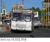 Коммерческий автобус 447 маршруту двигается по Щелковскому шоссе, Москва, эксклюзивное фото № 6032918, снято 21 мая 2014 г. (c) lana1501 / Фотобанк Лори