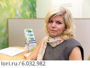 Купить «Симпатичная блондинка средних лет в банковском офисе», фото № 6032982, снято 10 октября 2013 г. (c) Евгений Ткачёв / Фотобанк Лори