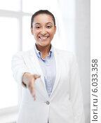 Купить «Молодая чернокожая успешная бизнес-леди в светлом деловом костюме протягивает руку для рукопожатия», фото № 6033358, снято 1 августа 2013 г. (c) Syda Productions / Фотобанк Лори