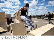 Купить «Молодой человек делает прыжок на площадке фестиваля Extreme Fest по паркуру на Нижней набережной города Иркутска», фото № 6034654, снято 24 мая 2014 г. (c) Николай Винокуров / Фотобанк Лори