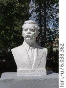 Купить «Памятник Максиму Горькому в Тутаеве», фото № 6038362, снято 17 июля 2013 г. (c) Виктор Сагайдашин / Фотобанк Лори